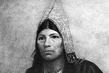 Maliseet / Malécites People / Les Malécites sont une tribu amérindienne d'Amérique du Nord. Elle se nomme elle-même Wolastoqiyik.  Ils habitent les vallées de la rivière Saint-Jean et de ses affluents, à cheval sur la frontière séparant le Nouveau-Brunswick et le Québec au Canada, et le Maine aux États-Unis. Leurs coutumes et leur langue appartenant à la famille algonquienne sont proches de celles de leurs voisins Micmacs, Passamaquoddy et Pentagouets. ... Wikipédia