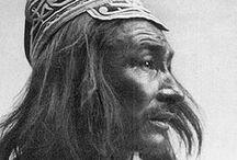 Innus (Montagnais-Naskapis) / Les Innus ou Montagnais-Naskapis sont un peuple autochtone originaire des régions québécoises de la Côte-Nord et du Saguenay-Lac-Saint-Jean ainsi que de Terre-Neuve-et-Labrador. Le terme « Innu » signifie « être humain ». Ce nom fut adopté en 1990 remplaçant le terme « Montagnais » donné par les premiers explorateurs français. En 2010, on estimait leur nombre à 19 612 (17 517 au Québec dans 11 réserves et 2 095 au Labrador dans 2 réserves). Wikipédia