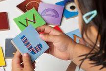 Caja-juego de abecedario completo / Con este juguete educativo los peques aprenderán el abecedario jugando a reconocer objetos, cosas y lugares.
