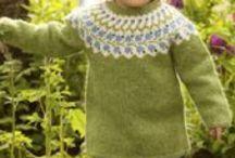 """Strikkekit Nordisk Garn / Islandsk uld er det garn, der fylder mest på hylderne i Nordisk Garn. Det er ikke tilfældigt, da garnet er mit yndlings strikkegarn. Mange spørger """"islandsk uld - kradser det ikke?"""", og det tror jeg, kun der findes et individuelt svar på . Mit er, at det kradser ikke men varmer og ventilerer genialt på samme tid. Her har jeg samlet et par strikkekit til inspiration"""