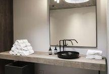 Badkamer 'Industriële look' / Wat bij een industriële look in uw badkamer past, zijn  donkere kleuren en ruwe materialen. Maak het af met stoere accessoires voor levendigheid in de ruimte.