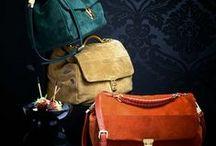 IMPRESSIONEN ♥ Taschen / Was würden wir nur ohne unsere Taschen machen! Mal ganz ehrlich sie sind doch für uns Frauen wie ein Hobby. Sie gehört einfach zu uns und machen Spaß. Taschen sind unser Fashion-Statement, Sammlerobjekt und Styling-Begleiter. Nicht umsonst heißt es: Zeige mir den Inhalt deiner Tasche und ich sage dir, wer du bist. Und mit dem richtigen Taschenmodell verleihst du jedem Outfit das passende Finish – ganz egal, ob trendy, elegant oder clean.