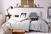 IMPRESSIONEN ♥ Heimtextilien / We Love! Gemütlichkeit schaffen wir ab sofort mit Heimtextilien. Egal ob ein Berg Kissen auf dem Sofa, ein gemütlicher Badvorleger und ein stilvoller Tischläufer. Alle diese Textilien bringen Stil und Gemütlichkeit in unser Zuhause. Diese Gemütlichkeit möchtest Du auch? Hier findest Du tolle Inspirationen und Produkte.