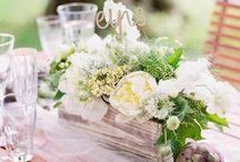 centerpieces / Das Centerpiece als Herzstück der Tischdekoration zur Hochzeit. Filigraner Blumenschmuck sind essentiell für eine Fine Art Hochzeit. Während eine üppige Blumendeko sehr gut zu Boho Hochzeiten passt.