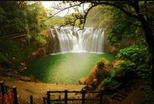 Beautiful Shifen Waterfall In Taiwan / Shifen Waterfall is a scenic waterfall located in Pingxi District, Taiwan, on the upper reaches of the Keelung River. Though its not that tall one its serene beauty is so attractive. If your journey is heading towards Taiwan, never give up a chance to visit these beautiful waterfalls.