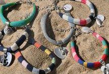 Sandrine de Courcy / Co-branding SANDRINE DE COURCY & MAT DE MISAINE. Tous les bracelets sont fabriqués avec d'authentiques tissus de marinière provenant exclusivement de la Maison Le Minor. A porter seules ou accompagnées, ces pièces made in France, toujours à l'esprit bord de mer, sont une invitation au voyage, au dépaysement, à garder précieusement autour de son poignet, comme un talisman que l'on garderait de ses retours de vacances...