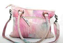 Tolle Trend-Taschen / WOW- mit diesen Taschen könnt ihr in der Sonnensaison durchstarten! Da ist alles dabei, was das Taschenliebhaberinnenherz höher schlagen lässt. Viel Statement in Sachen Farbe und Form. Gemustert, verziert, knallfarbig und Weiß!