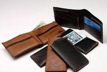 Every Day Carry / Här hittar du dina nya favoritägodelar som du kommer att bära med dig varje dag. T.ex. plånböcker i läder och unika läderväskor.