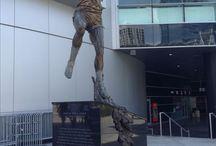 Figuras deportivas / Estatuas y figuras en distintos lugares de Los Ángeles que rinden homenaje a deportistas destacados y lugares donde se celebran encuentros deportivos.
