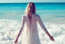 Boho & hippie bride/Novias bohemias y hippies / beach wedding, lots of flowers, peace& calm/ una boda en la playa, muchas flores y buen rollito...
