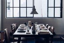 Table & Vaisselle / Merci aime jouer avec les mélanges de couleurs ou de matières, pour des tables vraiment originales.