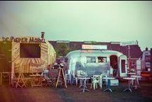 STAMPPOTS & MORE / Hotpot Bar - Dutch Heroes - Uitstraling: Hippe foodfestival stijl /modern/ naturel/natuurlijk /warm / handgeschreven borden / foodie / hip delfts blauw/whitewash steigerhout / lichte frisse kleuren/ centraal Creuset pannen. Assortiment: Diverse stamppotten / Broodjes worst / broodjes bal