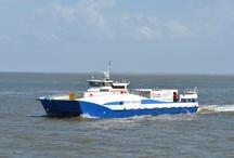 MS NOORD-NEDERLAND / Ms Noord-Nederland (IV) werd gebouwd in opdracht van Rederij Doeksen en in 2002 in de vaart genomen. Het was de eerste van dit type in Europa! De Noord-Nederland is 48 meter lang en 15 meter breed. Hoewel het schip zelf 'slechts' 204 ton weegt, kan het een lading van 250 ton vervoeren. Vier motoren van 280 kW elk zorgen voor een snelheid van 12 mijl per uur (ca. 22 km/u). Aan boord is ruimte voor in totaal 250 ton vracht (100 meter) en 12 passagiers (de chauffeurs van de vrachtwagens).