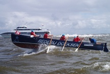 WE ♥ HT-RACE / De HT is de koningin onder de sloepraces! Elk jaar doen er maximaal 130 roeisloepen mee aan de race van Harlingen naar Terschelling. Deze ca. 33 km-lange oversteek over de Waddenzee in oude reddingsloepen is één van de zwaarste roeiraces van Nederland. De strijd wordt aangegaan met golven, wind en getijdestroom. De deelnemers zijn stuk voor stuk bikkels, die met gejuich worden binnengehaald bij aankomst op Terschelling! Meer info op www.htroeien.nl