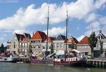 WE ♥ HARLINGEN / Harlingen behoort tot de Friese elf steden (stadsrechten in 1234) en telt ongeveer 16.000 inwoners. Het is de op vier na grootste plaats van Friesland. De prachtige historische binnenstad is een bezoek méér dan waard. De haven van Harlingen is de belangrijkste haven van de provincie. Vanuit deze haven onderhoudt Rederij Doeksen de dagelijkse veerdienst van en naar Terschelling en Vlieland.