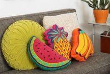 Inspiration Déco Fruitée / C'est la saison des fruits frais et sucrés que l'on mange au soleil sur sa terrasse ou sur la plage.  La mode s'est emparée des fruits colorés comme la pastèque et l'ananas ... mais vous allez voir que la déco aussi n'est pas indifférente aux couleurs des fruits d'été.