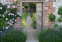 Cottage Gardens / Exuberant flowers and charming settings
