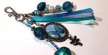 Bijoux fait main / Différents bijoux, tous fait à la main, à partir de résine, ruban, perles, inclusion, incrustation, bois, pierres, fleurs,...