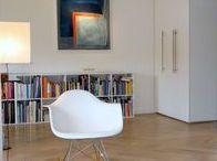 """Appartement 1937 - Rotterdam / Wat een sfeer in dit appartement. De stalen kozijnen, het visgraat parket en de licht grijze muur geven je het """"jaren 30 New-York gevoel"""". Verticale paneelkasten, lage langgerekte boekenkasten en designklassiekers vormen een harmonisch geheel."""