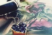 Schmuck | Jewellery / Hier findest du deine tägliche Schmuck-Inspiration Jewellery, Jewels, Schmuck, Boho Schmuck, filigrane Ketten, Ohhringe, Armreifen, Armbänder, Uhren, Schmuckstücke, Gold, Silber, Rose, Edelsteine.