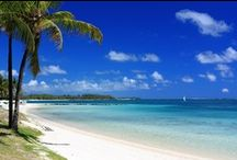 Mauritius / Joia rara do Oceano Índico, encanta românticos viajantes pelo cenário dos sonhos e os serviços impecáveis pensados para agradar os mais exigentes casais. Praias de areias brancas e finas e o mar azul turquesa bordado de recife de corais emolduram resorts cheios de charme, sofisticação e muito exotismo, herdado pela miscelânea de povos que lá se instalaram. Acrescente, ainda, as gentilezas naturais dos habitantes de origem indiana e uma interessante cozinha de influência francesa e africana.