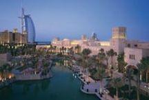 Dubai / Na metrópole árabe de Dubai, o luxo é digno de mil e uma noites. Tudo neste lugar é grandioso. Os hotéis, os projetos arquitetônicos, a natureza e a sofisticação. Alguns exemplos? O Edifício Burj Dubai, considerado o mais alto do mundo, e o ousado The Palms, arquipélago artificial no formato de uma palmeira. Não é à toa que esta metrópole árabe está na moda e é um dos destinos mais cobiçados do momento.