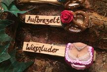 Trachtenschmuck und Accessoires / #Woid #Glupperl in liebevoller #Handarbeit von #puderundpinsel #Straubing gefertigt. Dem etwas anderen #Beautyblog - #bayerisch #fesch und #frech ! #Dirndlblog - Passender #Schmuck und schöne #Accessoires zu #Dirndl #Lederhose #Tracht. Damit seit ihr ausgestattet für #Wiesn #Oktoberfest #Dult #Kirmes #Kirchweih #Bergfest #Karpfham #Gillamoos #Jahrmarkt #Wasen und #Volksfest. #Glubbal #Glubberl #Klammern #Beschriftet Made in #Bayern #Bavaria. Erhältlich in unserem Woid Schatzerl #Onlineshop: http://puderundpinsel.com