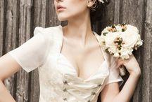 Hochzeits Inspiration / Für angehende Bräute ein paar Inspirationen für ihren großen Tag. Vom Brautdirndl bis zur perfekten Frisur. #brautfrisur #brautmakeup #brautdirndl #hochzeitsfrisur #braut #tracht #dirndl #brautkleid #hochzeitsfeisur #trachtenhochzeit #bayern #bayerisch #hochzeit #wedding #bride #bridedress #weddingdress #beachwedding #bride #maledives #strandhochzeit #malediven #kuramathi #rasdhoo