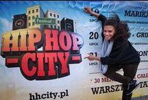 Fotorelacja - Hip Hop City Festival 2013 Jarosławiec / Hip Hop City w Jarosławcu jest festiwalem, który ma rozwijać i propagować kulturę hip hop oraz pokazać jej mniej znane oblicze w Polsce. Kultura ulicy jest sztuką, dlatego festiwal będzie obejmował wiele gałęzi street-artu. Organizatorzy festiwalu od lat związani są z tańcem, współtworzyli polską scenę taneczną, są organizatorami zawodów – Rytm Ulicy, oraz warsztatów Spoko i FNF SUMMER DANCE INTENSIVE.
