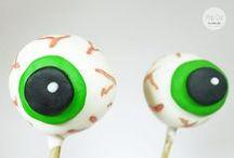 Cake Pop Tutorial: Gruselaugen Cake Pops / Boooo! Gruselige Geschichten und Süßes oder Saures – bald ist Halloween und Gruselaugen Cake Pops gehören einfach dazu. Unser Oktober Tutorial erklärt euch Schritt für Schritt wie's geht!