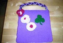 Mes petites oeuvres / Ce que j'ai fait avec de la laine, du tissus, des perles, et d'autres matériaux.