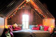 ◊ Cosy déco pour enfants ◊ / Tamisez les lumières (ajoutez une jolie guirlande lumineuse), multipliez les coussins, les  tapis, les peaux de moutons toutes douces, choisissez les couleurs...par petites touches, cloisonnez les espaces (sommeil, lecture, travail, jeux...) ...Bref, réchauffez l'hiver pour vos petits glaçons.