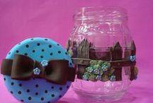 Botes decorados / Botes de vidrio, plástico o reciclados decorados con porcelana fría, pasta flexible, biscuit. / by Claudia Medrano