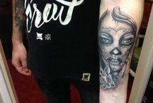 UN-OM Tattoo / In acest panou poti gasii o mica parte din tatuajele realizate de mine in timp ...tatuaje mai vechi tautuaje mai noi ...tatuaje complexe tatuaje simplute...pozele nu sunt puse in ordinea evolutiei mele ca artist ci random din pacate , voi incerca saptamanal sa adaug cat mai multe poze pentru a-ti oferii cat mai multe exemple de tatuaje bine realizare si cat mai multe modele din care sa te inspiri ca si client !