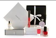 Juvenilis Box / Überraschungspaket mit 5-6 Produkten aus Kosmetik, Make-Up und Wellness  Entdecken Sie mit der Juvenilis-Box 5 bis 6 verschiedene, hochwertige Markenprodukte aus dem Bereich Kosmetik, Make-Up oder Wellness. Orginalprodukte und Sondergrößen. Mit Produkten von Aesthetico, Ahava, Aroma Derm, Biodroga, CMD Naturkosmetik, CNC Skincare, Ikos, Isabelle Lancray, La mer, Malu Wilz, Mavala, Med Beauty Swiss, Monteil Paris und Styx Naturcosmetic.  http://www.juvenilis.de/beauty-box