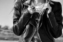 Die Biker-Jacke: Beste feminine Looks damit. / Die Biker-Jacke ist ein Klassiker und mit allen anderen Trends der Saison bestens kombinierbar! Auch Trisens bietet euch neben der klassischen schwarzen Bikerjacke interessante Modelle in sanften Tönen und spannenden Materialien.