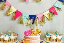 Candybar & Sweet Table / Sind Candybar und Sweet Table eigentlich schon wieder out? Vielleicht. Doch seien wir ehrlich. Kann Süßes und Schönes jemals out sein? Wir finden nicht und plädieren für Sweet Tables und/oder Candybars auf jeder Hochzeit und Party! Und natürlich hatten wir auch beides auf unserer Hochzeit.