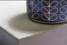 LightBeton / Geen enkel keukenblad oogt zo industrieel en robuust als dat van beton. LightBeton® is vervaardigd van echt gewapend beton, en vertoont dan ook alle kenmerken daarvan: de verschillende structuren, de haarscheurtjes, en de lichte en donkere delen. Maar LightBeton® is zo'n 60% lichter dan standaardbeton!