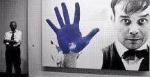 """Ives Klein / Klein es uno de los precursores del happening  A través de sus obras, Klein cambió el foco perceptivo desde el objeto material hacia una """"sensibilidad inmaterial"""", desafiando las nociones preexistentes sobre el arte e inyectándole de un nuevo sentido de espiritualidad a través del color puro:Blue Klein"""