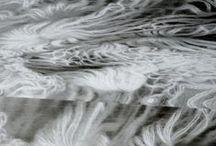 Flux et fourche / Air and Flows / Les courants d'air vaporeux créés par le vent dessinent de longues traînées sur les paysages cartographiés. Pour transcrire cette fluidité, la technique du crochet à la fourche est utilisée et prolongée sur différents supports et à travers différents médiums.