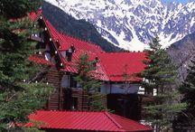 """本州 """"Kamikochi"""" / 日本初の「山岳リゾート」として開発された上高地は、日本第3位の高峰、奥穂高岳を擁する「穂高連峰」の麓に広がる景勝地です。自家用車は、自然保護の為、上高地に乗り入れる事は出来ません。東京、新宿、名古屋、大阪から専用直行バスで行くのが良いかもですね。雄大な北アルプスの懐でアルペンムードを満喫したいですね。帝国ホテル、泊まりたいですね。でも、ドレスコードってどうなるんでしょうか?w"""