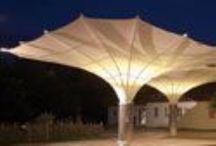Sombrillas Bahama / Bahama® fabrica estructuras de arquitectura textil de gran tamaño, resistentes al viento. Entre sus clientes se encuentran establecimientos hoteleros y firmas de arquitectura. A continuación, una galería de proyectos
