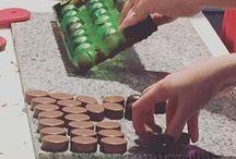 """Igy bonbonozunk mi / bonbon bonbon hátán Sok érdekesség, melyet megtanulhatsz a workshop során:  1., Csoki temperálás. Ez szerintem egy csoda. A csokit addig """"mozgatjuk"""", ameddig a megfelelő hőmérsékletet a bonbon készítéshez el nem ér! 2., Egy kis csoki érdekesség.. Csokitörténet és sok egyéb Kata olvasatában..  3.,Különleges gyümölcsös töltelékek elkészítése  4.,Bonbon HIBÁK! Ez egy nagyon fontos rész! Elemezésre kerülnek azok a praktikák, melyekkel a hibák kiküszöbölhetőek!  5., Alapanyag ismeret 6.,Talpalás"""