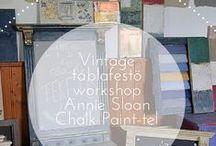 Vintage Tábla festő workshop Annie Sloan Chalk Painttel / Antikolási technikáinak bemutatása VINTAGE TÁBLÁN, melynek egyedi felületein izgalmas texturákat lehet létrehozni az Annie Sloan Chalk Paint™-tel. Egy worskhop, ahol elmélet és a gyakorlat egyenlő mértékben kerül bemutatásra. Hosszú hónapok tervezése során egy olyan egyedi TÁRGY készült asztalos által, amelyen a cél az: minél többféle felületen pl. faragott, bordázott stb. lehessen kipróbálni és bemutatni Annie Sloan antikolási technikáit, amely világszerte nagy népszerűségnek örvend.