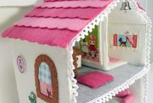 Mamaliefde ❤ Dollhouse (Poppenhuizen) / Een overzicht van allerlei creatieve DIY knutsels en project ideeen met poppenhuizen.