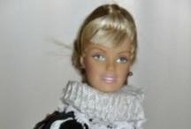 Creaciones Barbie - Moros y Cristianos de Elda - Estudiantes / Dos pasiones de Mila Gil son las fiestas de Moros y Cristianos de Elda y las muñecas Barbie. Ambas, junto a su buen gusto y habilidad manual, han contribuido a la creación de autenticas obras de arte con esta famosa muñeca. Desde el peinado, hasta el último botón o la pasamanería, pasando por los zapatos (como buena hija de Elda), Mila logra que sus creaciones sean el sueño de niñas y mayores. Desde telakasa.com  queremos hacer este pequeño homenaje a esta gran artista eldense.
