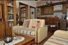 Segunda planta / Vivienda con capacidad para cinco personas. Tres dormitorios: uno individual, otro con cama de matrimonio y el último con dos camas individuales, cocina, salón y baño totalmente equipados. www.ravalet21.com