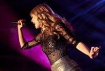 Taylor Swift / Taylor Swift está a ter um ano seriamente incrível. Senão vejamos: Taylor lançou o álbum pop já clássico de 1989. Tornou-se amiga das mulheres mais fantásticas do mundo (https://instagram.com/p/zzjT9ujvL9/). Teve um despertar feminista. E praticamente esgotou uma tourné mundial imediatamente. Bastante surpreendente, certo?