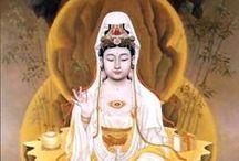 """Kuan Yin / Avalokisteshvara Amitábha buddha jobb szeméből kiáradó fénysugárból született. Ő lesz az eljövendő korszak maitreya buddhája. Kínában, Vietnámban és Japánban női alakban, Kuan Yin néven tisztelik. Mindkét fő alakjában az együttérzés bódhiszattvája. A Kuan Yin név jelentése: """"aki észleli a világ hangját"""".  Kuan Yinnek rendkívül sok aspektusa van. Többek között: Kegyelem, tisztaság, békesség, erő, szeretet, áldás, odaadás, béke, derű, biztonság, tudatosság, védelem, hit."""