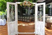 Boldogságkapu / Boldogságkapu és vintage ajtó esküvőre. Te is szeretnél egy mesés virágoktól illatozó boltív alatt kimondani az igent? Bérelj most akciós áron: eskuvoidekor.com/Vintage-boldogsagkapu-vintage-ajto-berles